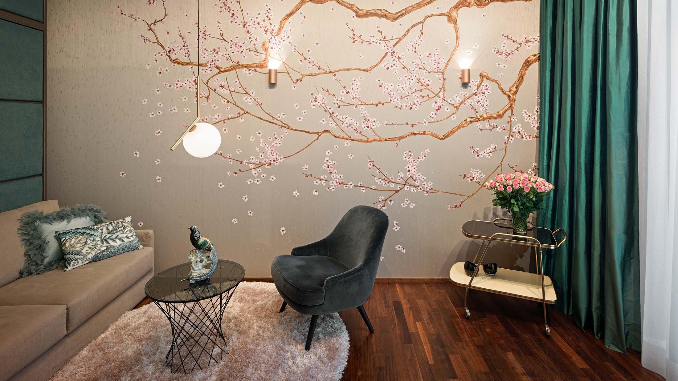 Penthouse Fünf Morgen: A touch of asia. Gästezimmer mit Schrankbett. Blickfänger: Seidentapete mit Kirschbütenmotiv, handbemalt